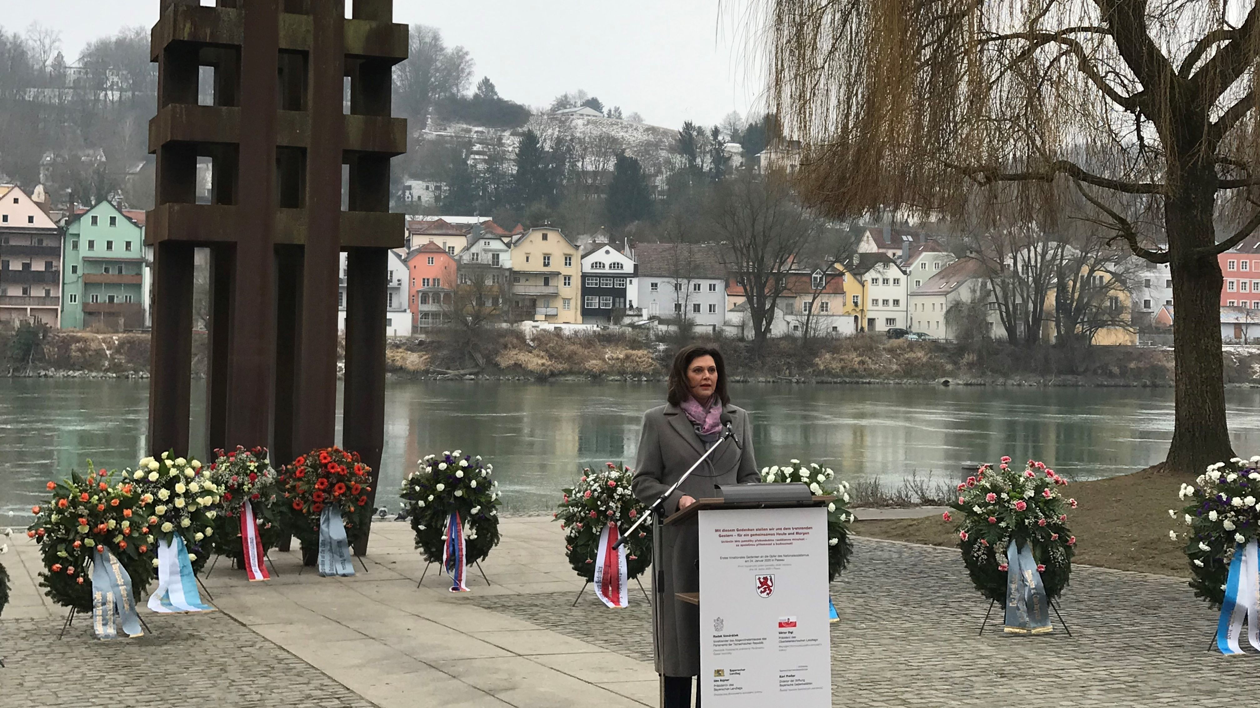 Landtagspräsidentin Ilse Aigner (CSU) vor dem Passauer Holocaust-Mahnmal
