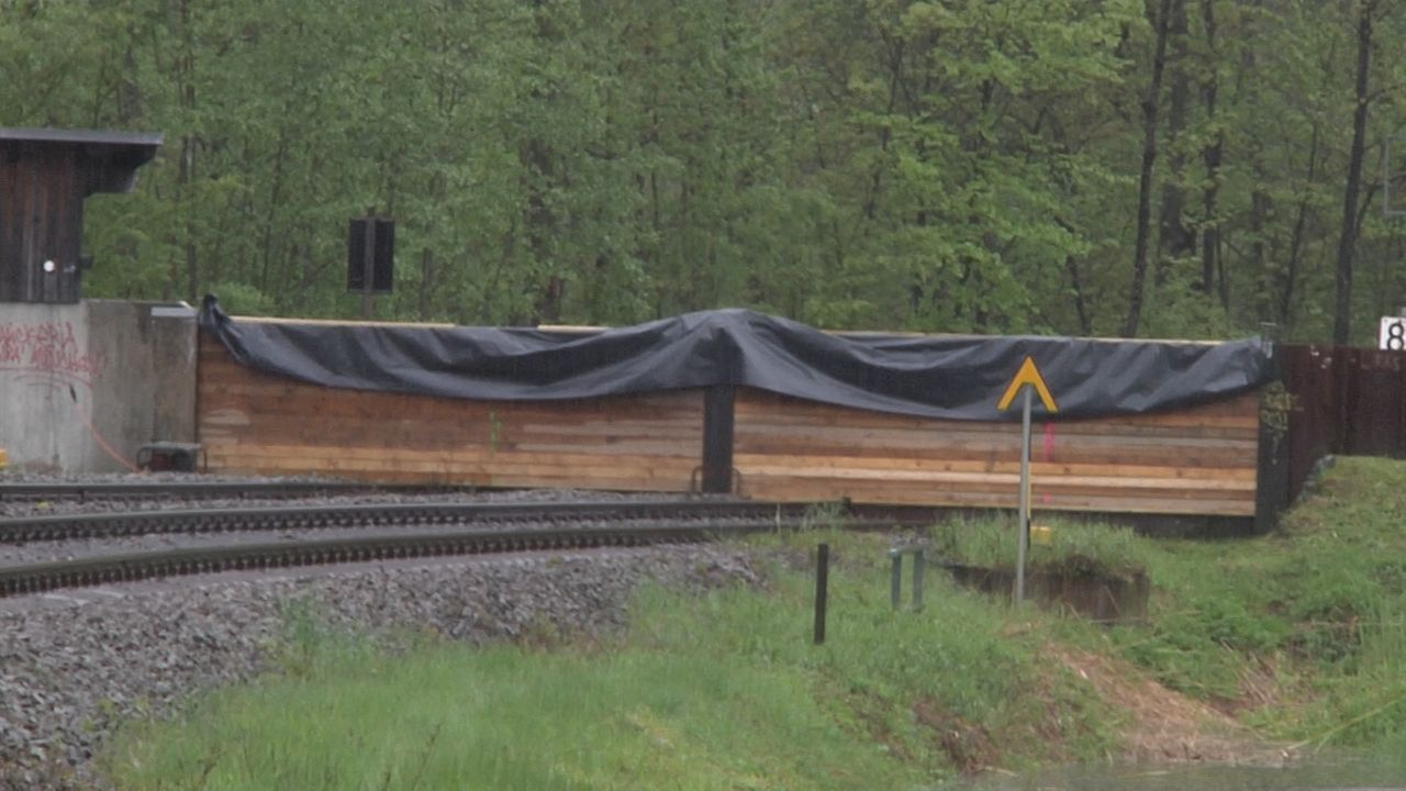 Der Bauhof Immenstadt hat eine mobile Hochwasserschutzwand auf der Bahnstrecke zwischen Immenstadt und Kempten installiert.