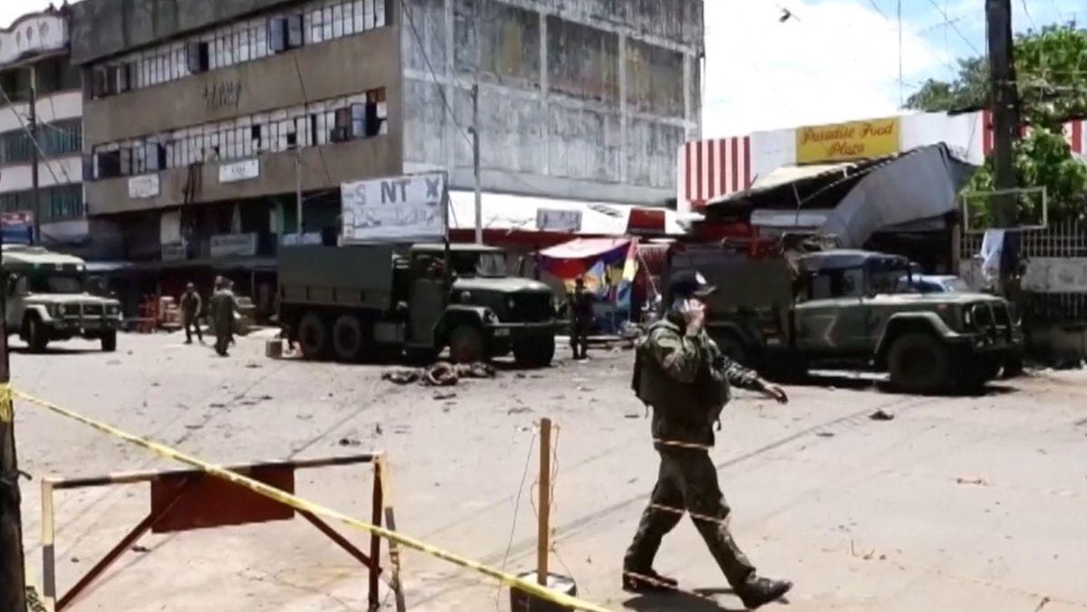 Bei zwei Bombenexplosionen im Süden der Philippinen sind mindestens 14 Menschen getötet und mehr als 70 verletzt worden. Als Drahtzieher der Anschläge vermutet das Militär die islamistische Terrorgruppe Abu Sayyaf.