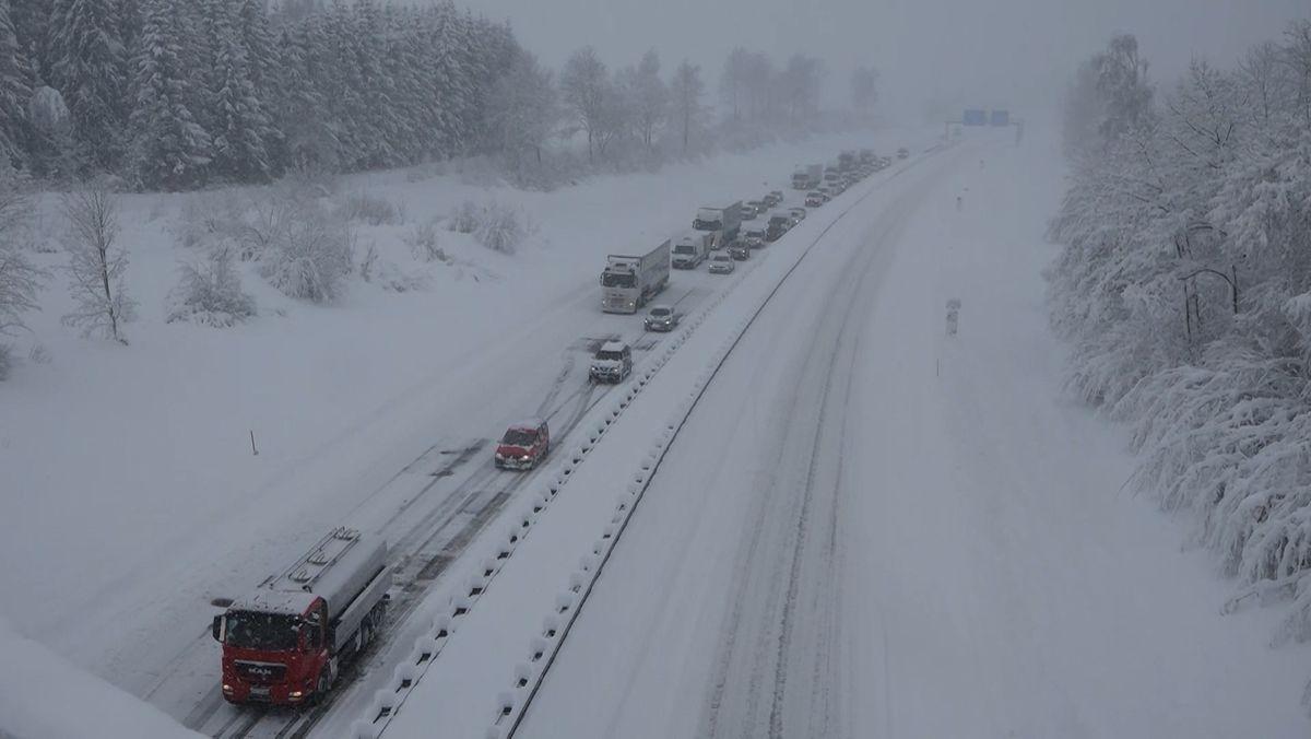 Starker Schneefall sorgt für Verkehrschaos in Südbayern