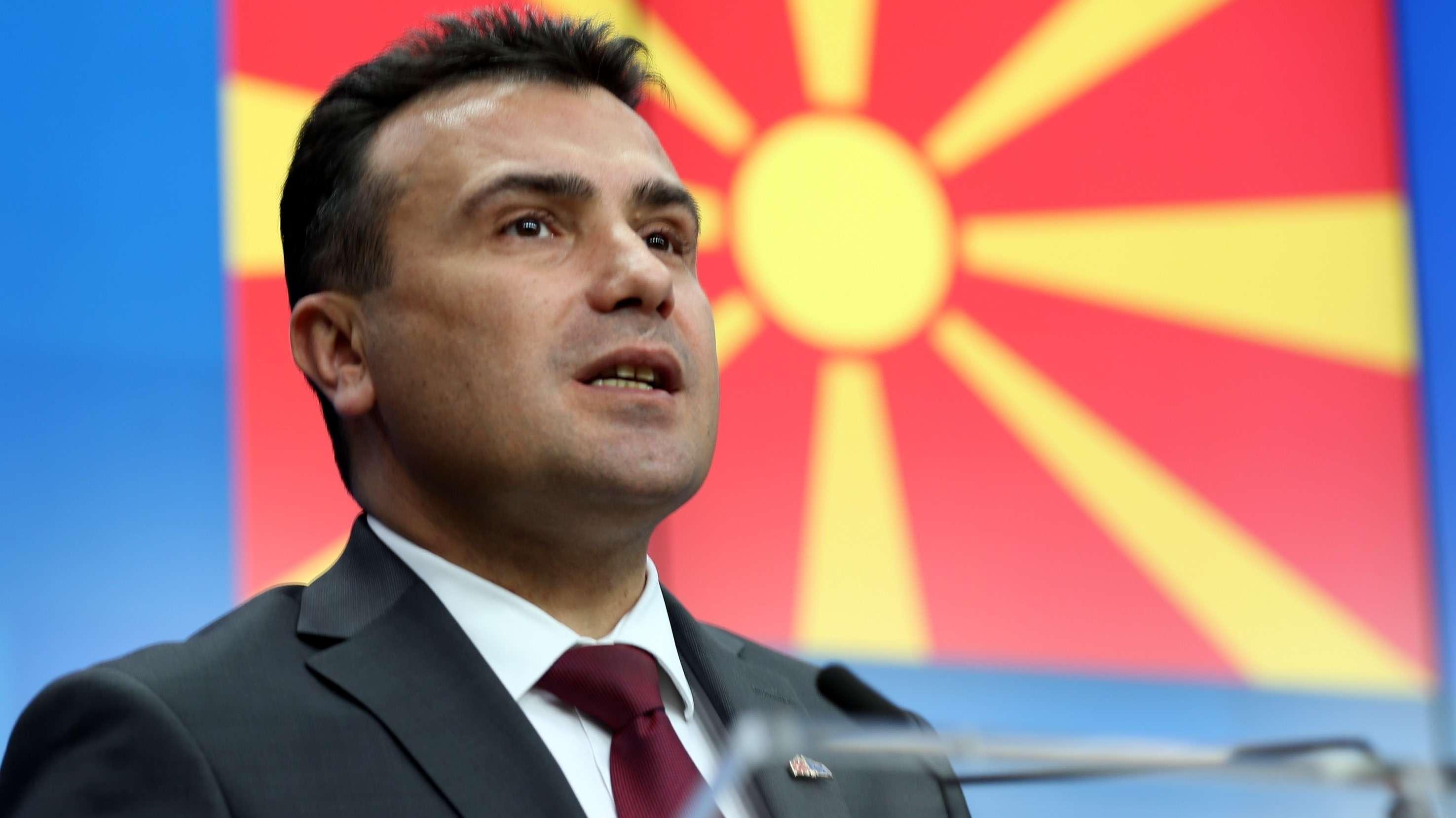 Ministerpräsident Zoran Zaev vor der nordmazedonischen Flagge