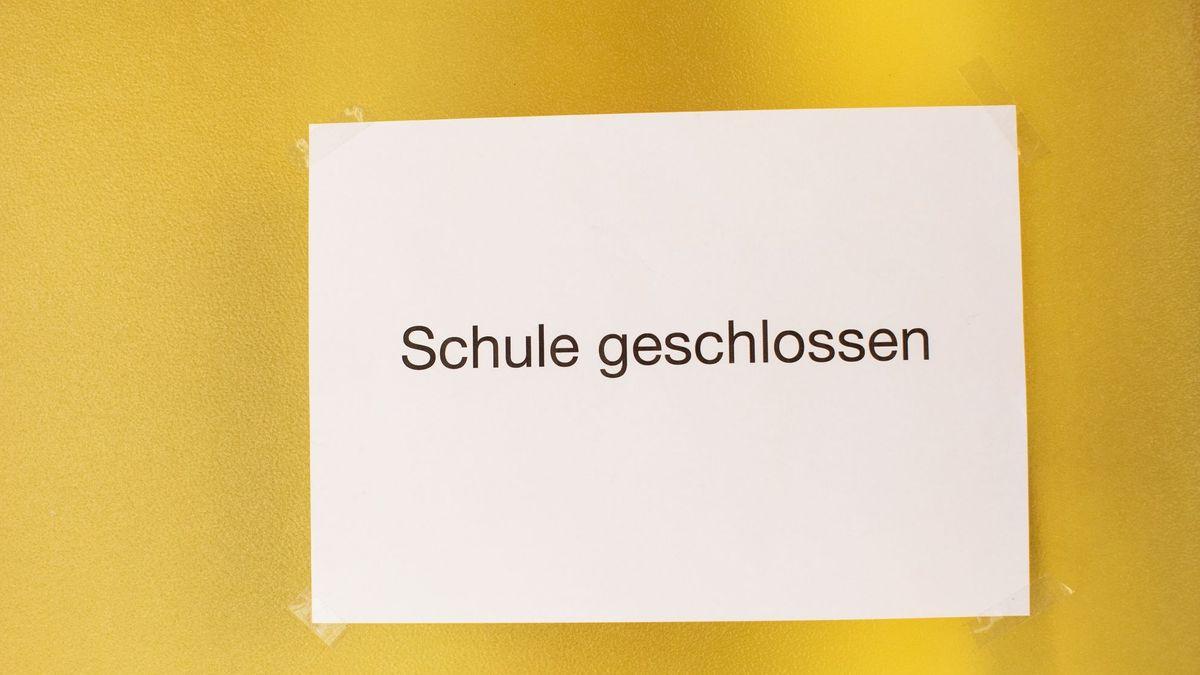 """Auf einem weißen Blatt Papier steht """"Schule geschlossen""""."""