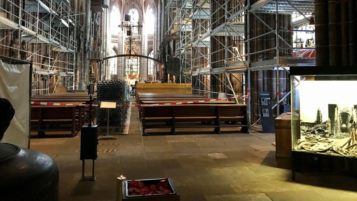 Baustelle Lorenzkirche: Vom Innenraum ist wenig zu sehen. So könnte es auch sein, wenn der neue Eingangsbereich steht, befürchten Denkmalschützer.