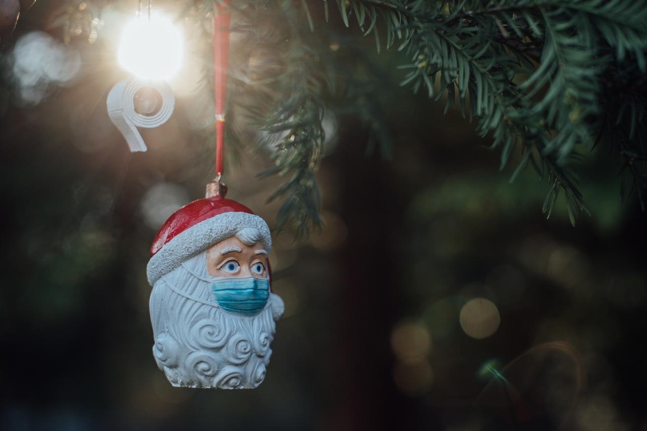 Ein Weihnachtsmann mit Mundschutz als Christbaumkugel.