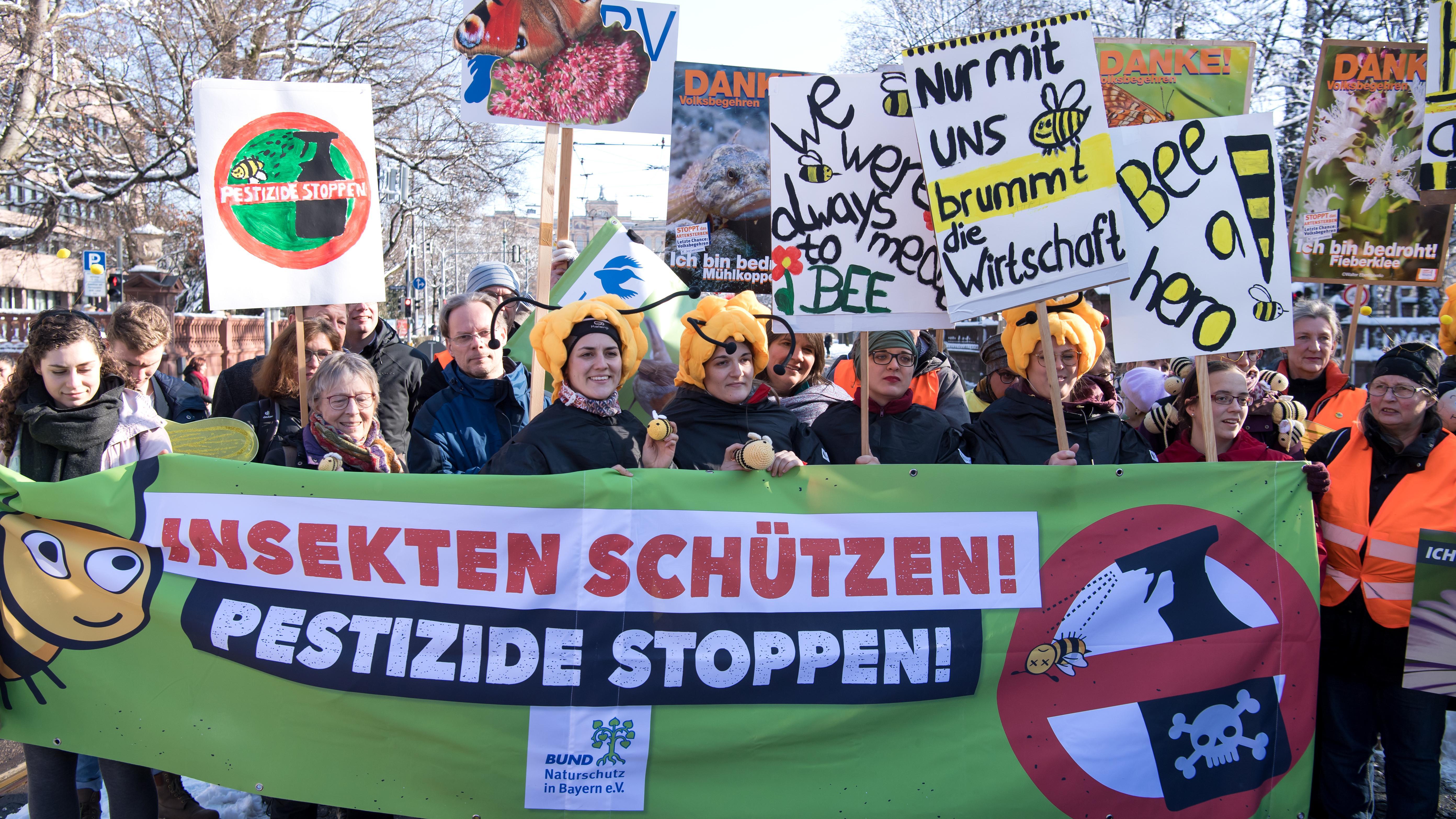 Symbolbild: Unterstützer des Volksbegehrens demonstrieren für einen besseren Artenschutz und Artenvielfalt. Bis Mittwoch kann man unterschrieben.