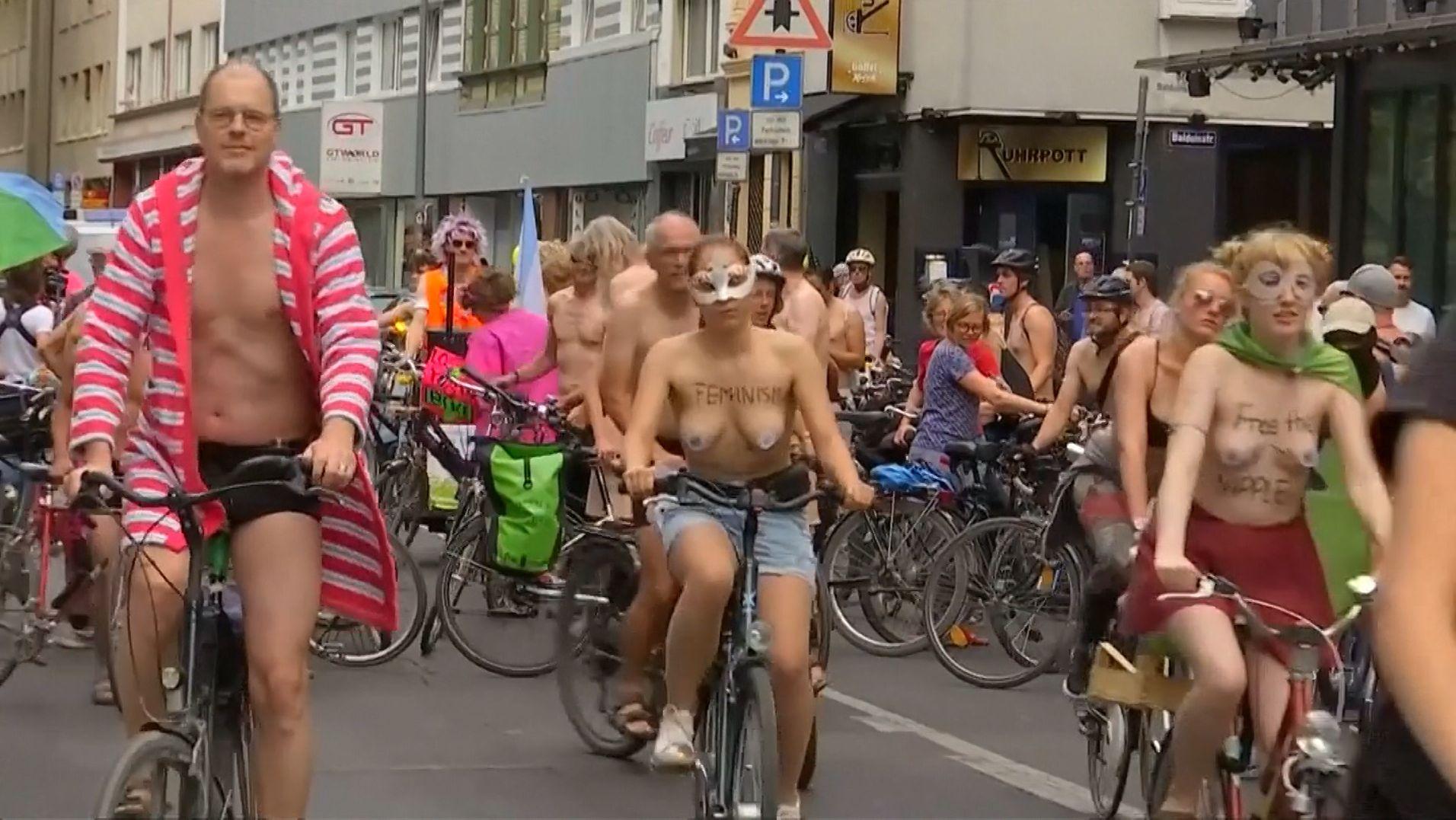 """Freizügige Radfahrer bei der Raddemo """"Naked Bike Ride"""""""