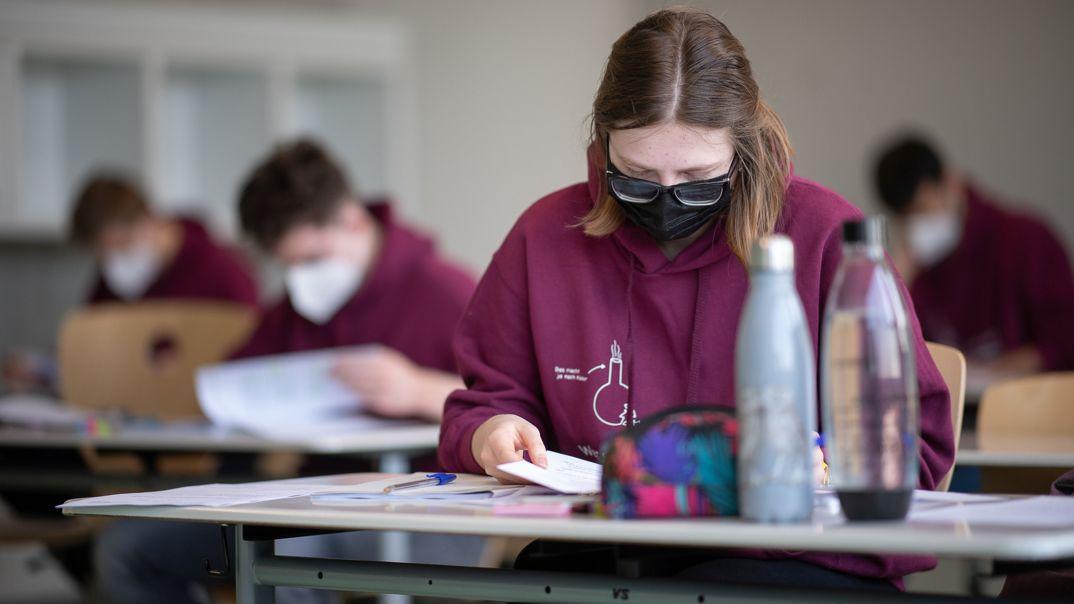 Eine Schülerin mit medizinischer Maske