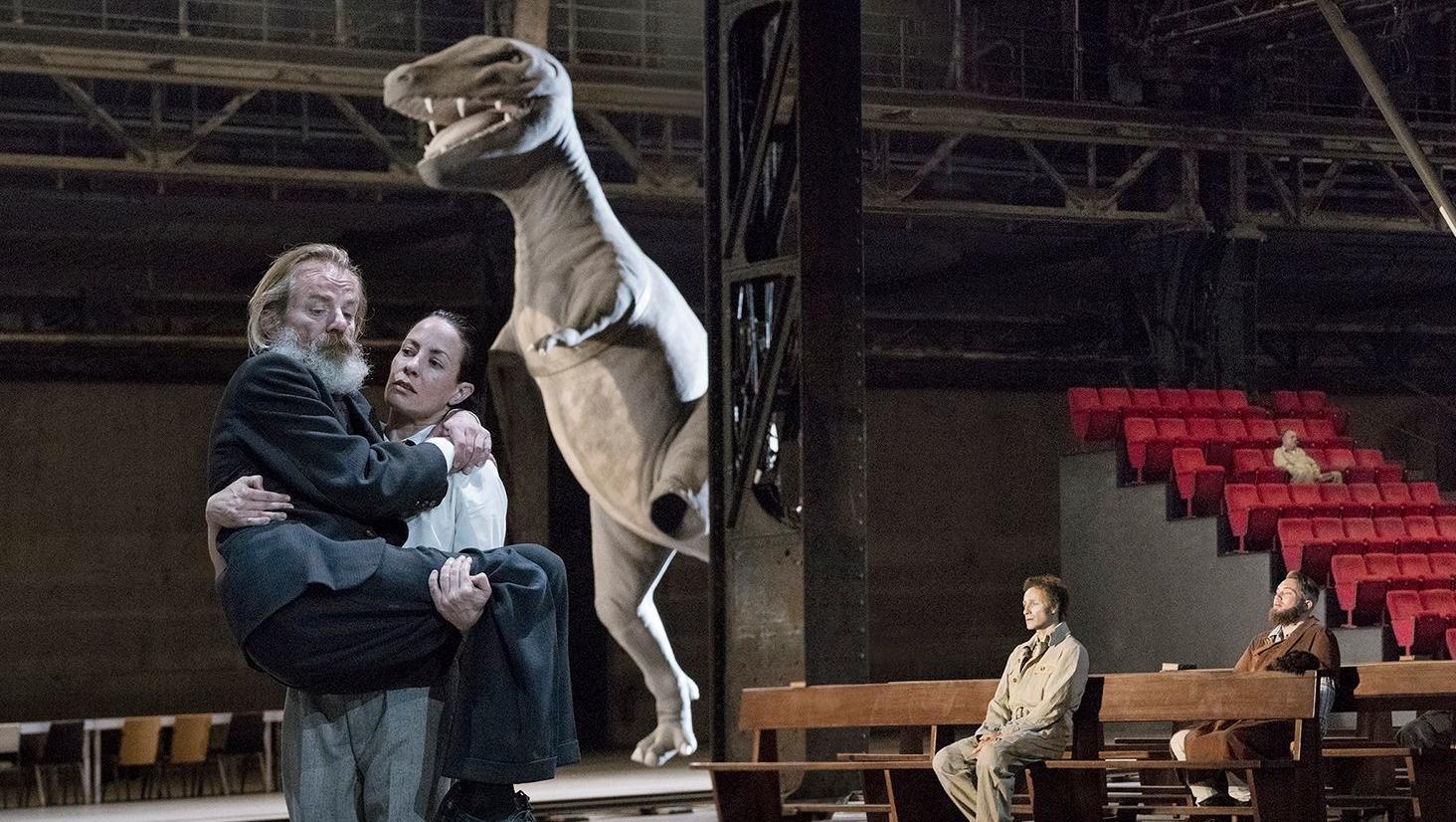In der Bochumer Jahrhunderthalle stapft ein amputierter Dinosaurier durchs Revier