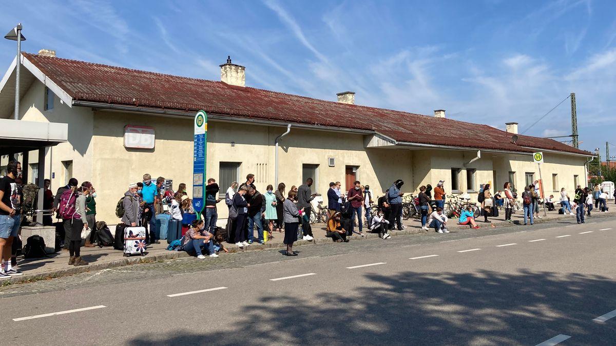 Am Bahnhof in Moosburg warteten am Vormittag zahlreiche Zugreisende auf die Ersatzbusse.