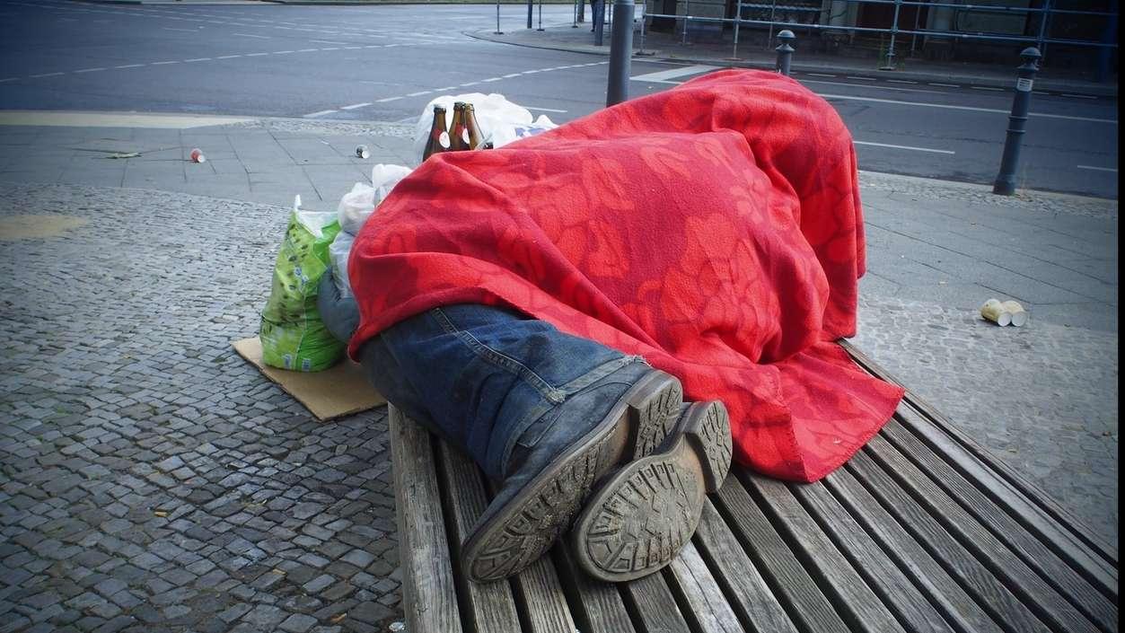 Symbolbild: Obdachloser auf einer Bank