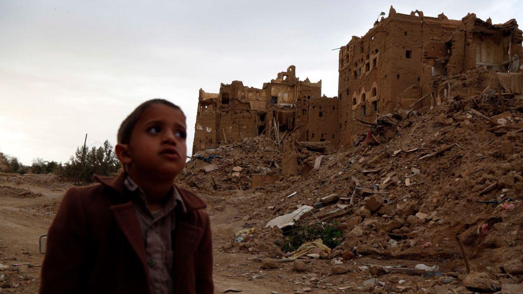 """ACHTUNG: SPERRFRIST 23. MÄRZ 01:01 UHR. - ARCHIV - 19.03.2020, Jemen, Sa'da: Ein Kind steht in der Nähe von Häusern, die während des anhaltenden Krieges in der Provinz Saada durch Luftangriffe zerstört wurden. (zu dpa: """"Save the Children: Tausende Kinder Opfer von Gefechten im Jemen"""") Foto: Mohammed Mohammed/XinHua/dpa +++ dpa-Bildfunk +++"""