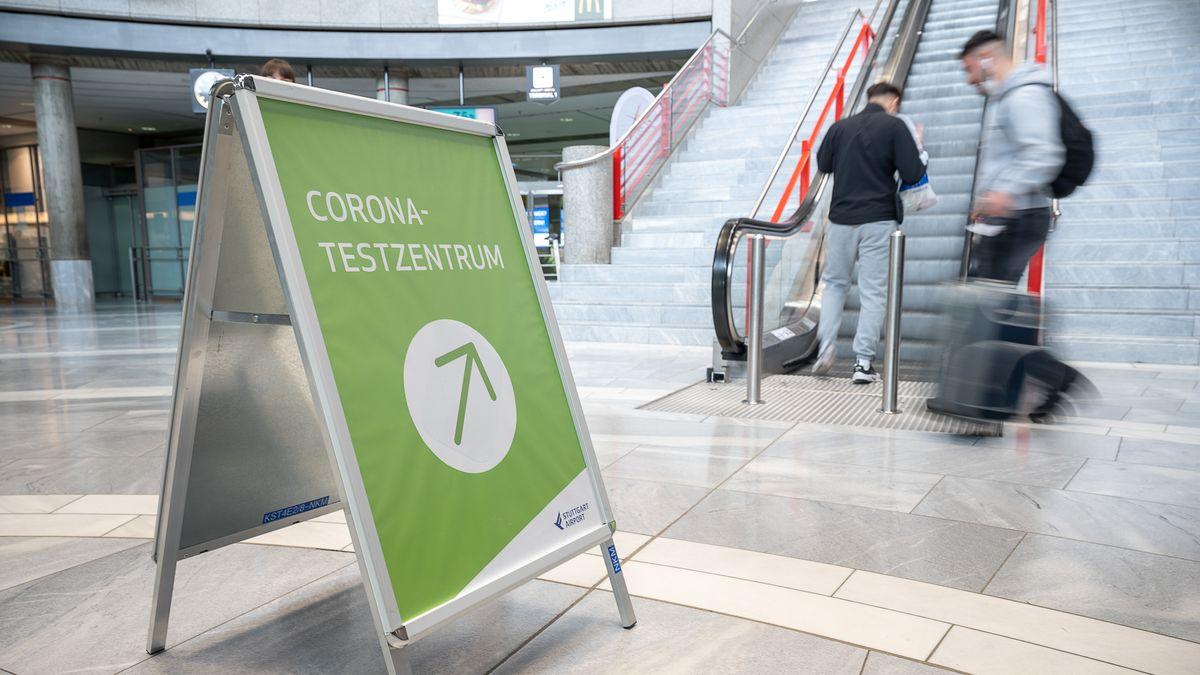 Auf einem Schild an einem Flughafen steht Corona-Testzentrum