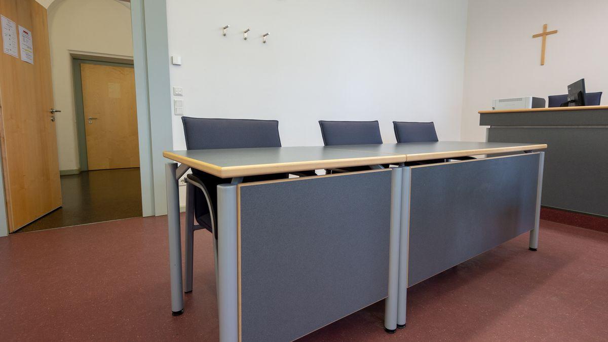 Ein leerer Gerichtssaal im Landgericht Regensburg