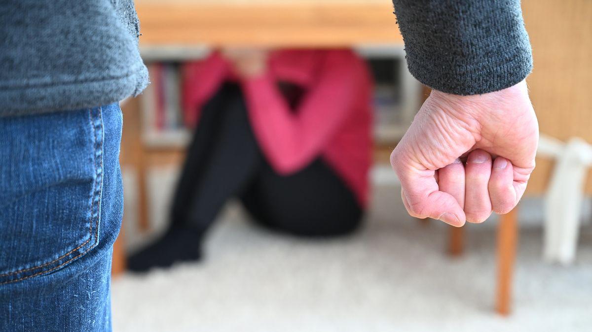 Eine Frau versucht, sich vor der Gewalt eines Mannes zu schützen (Symbolbild).