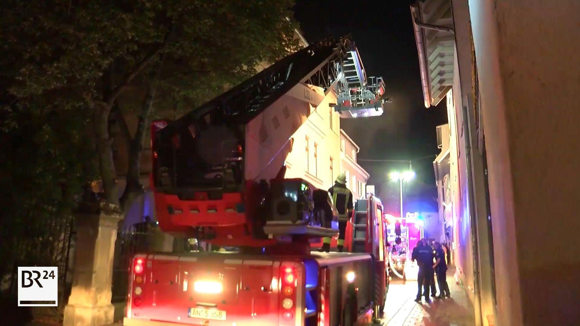 Feuerwehrfahrzeuge in enger Straße in Ansbach