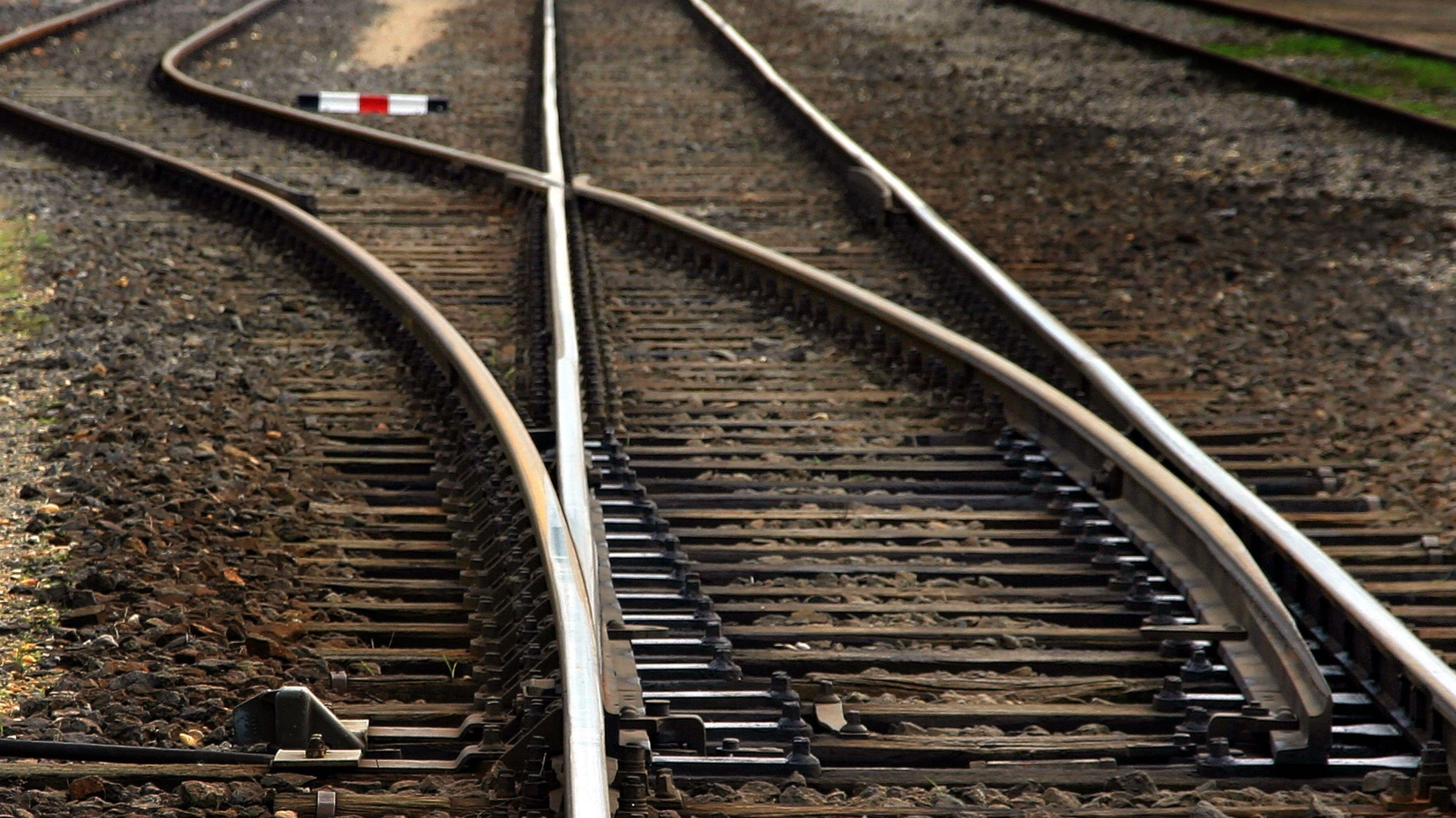 Gleise liegen auf Schotter.