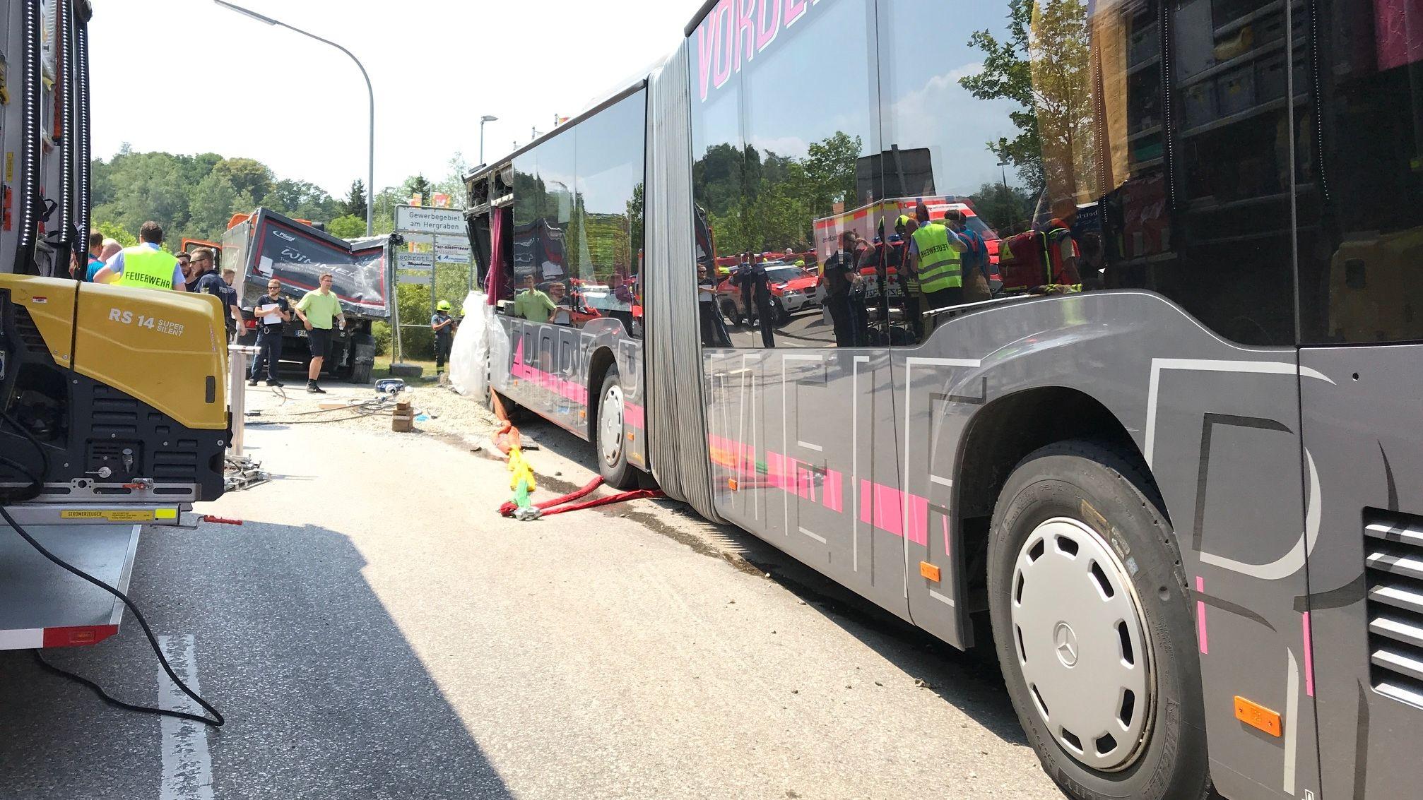 Der Schulbus war aus noch ungeklärter Ursache auf einen Kieslaster aufgefahren.