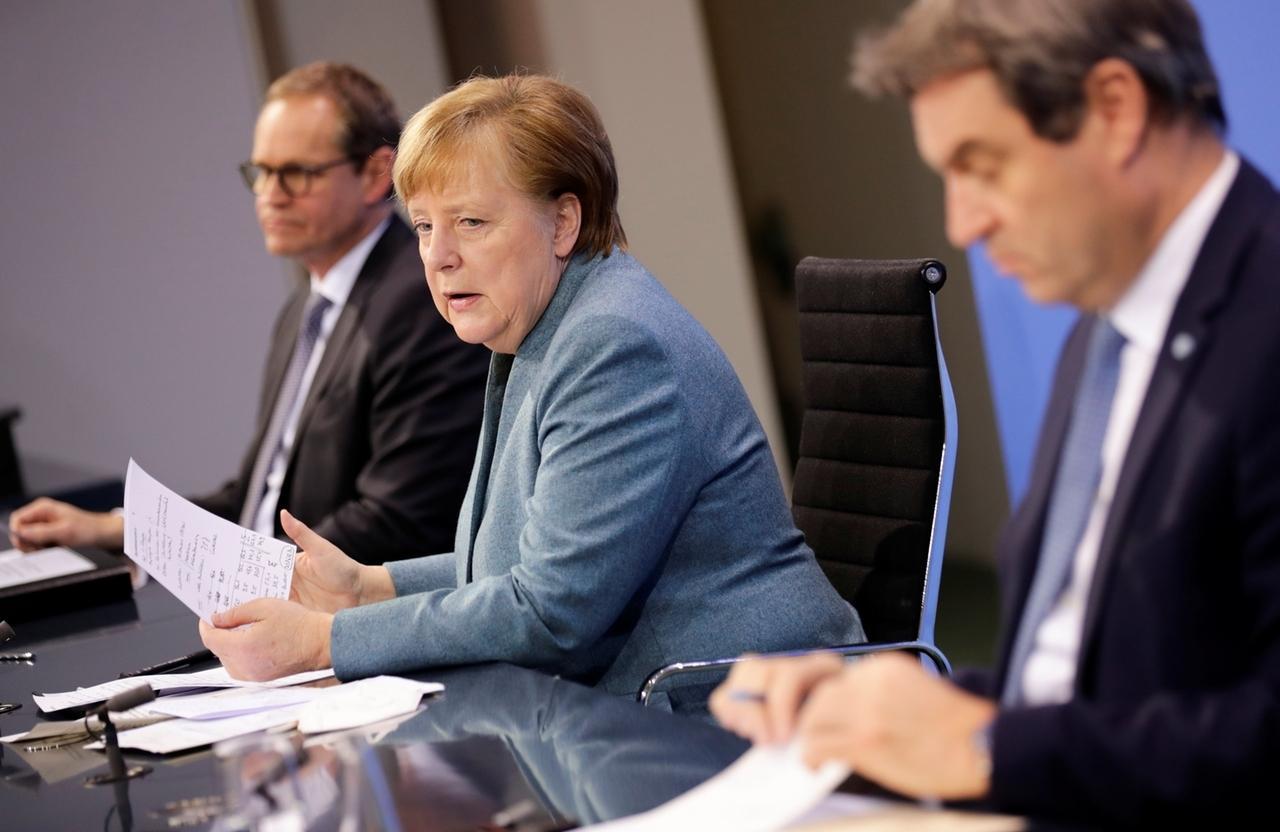 01.02.2021, Berlin: Bundeskanzlerin Angela Merkel (CDU, M), spricht zwischen Michael Müller (SPD, l), Regierender Bürgermeister von Berlin, und Markus Söder (r), Ministerpräsident von Bayern und Vorsitzender der CSU, auf einer Pressekonferenz. Die Bundeskanzlerin und die Ministerpräsidenten der Länder hatten sich zuvor zu einem «Impfgipfel» zusammengeschaltet. An der Videokonferenz nahmen auch Vertreter der Pharmabranche und der EU-Kommission teil. Foto: Hannibal Hanschke/Reuters-Pool/dpa +++ dpa-Bildfunk +++