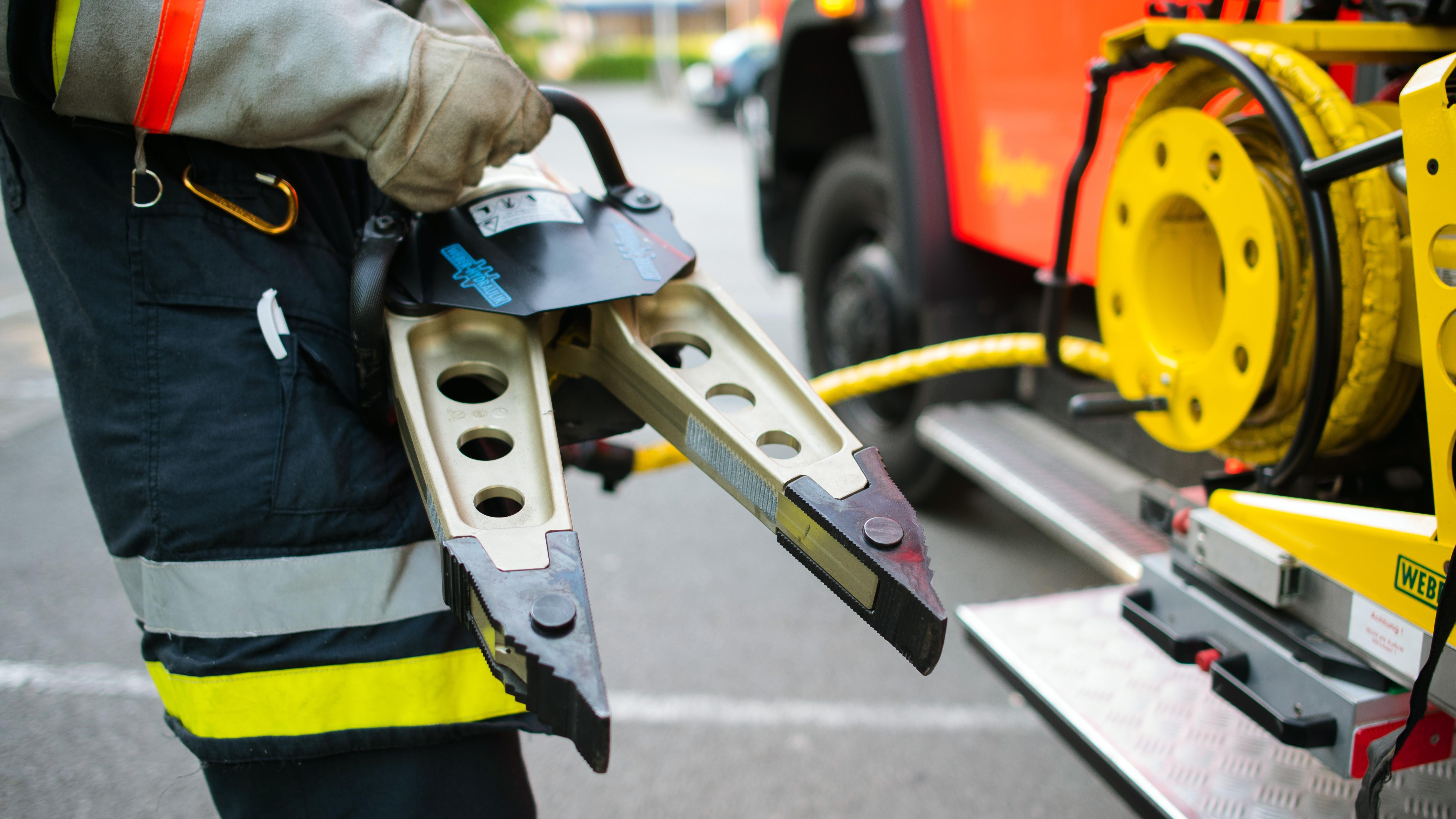 Ein Feuerwehrmann hält einen Rettungsspreizer in den Händen (Symbolbild).