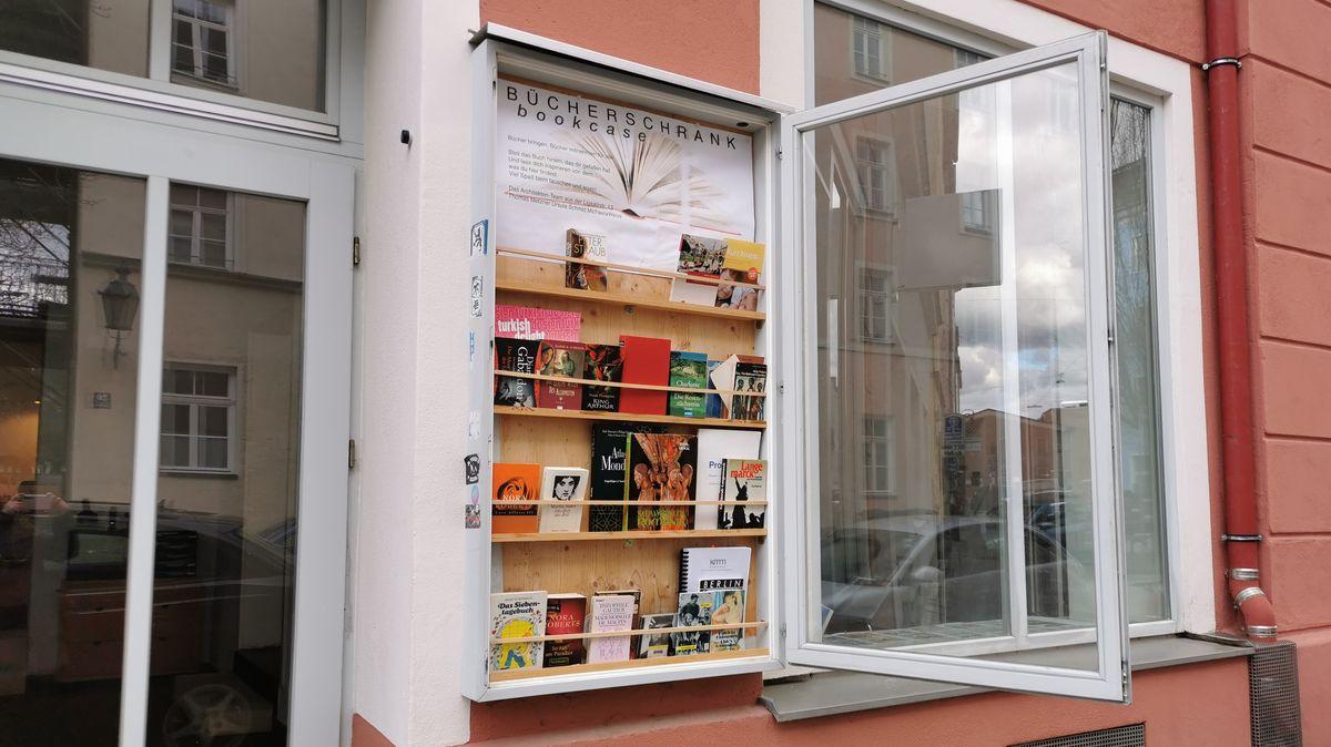 Im Münchner Westend gibt es ein kleines Bücherschränkchen, das in einer Hausfassade eingelassen ist.