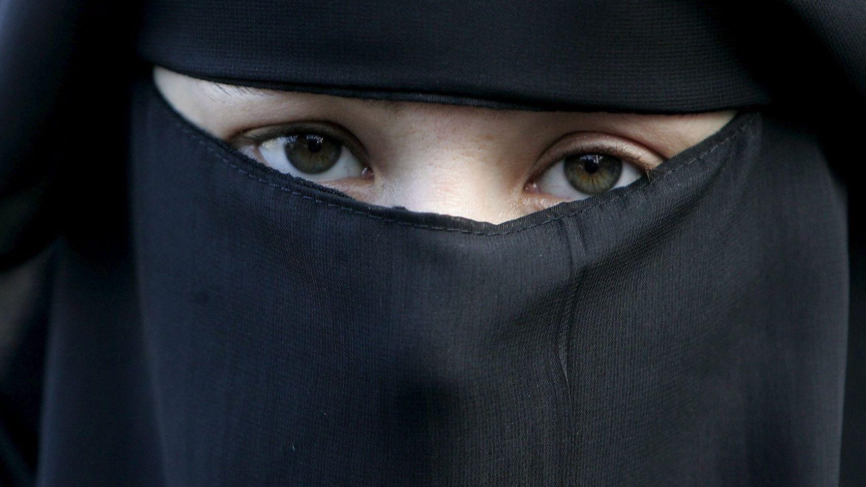 Eine Frau trägt bei einer Demonstration gegen das Verbot einer Vollverschleierung einen Nikab