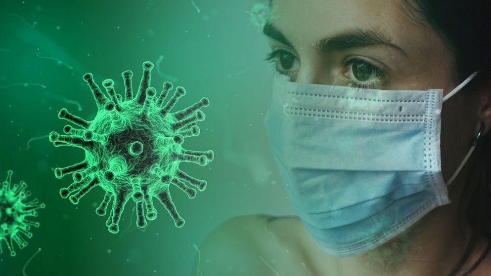 Eine Frau mit Nund-Nasen-Maske und ein stilisiertes Virus.