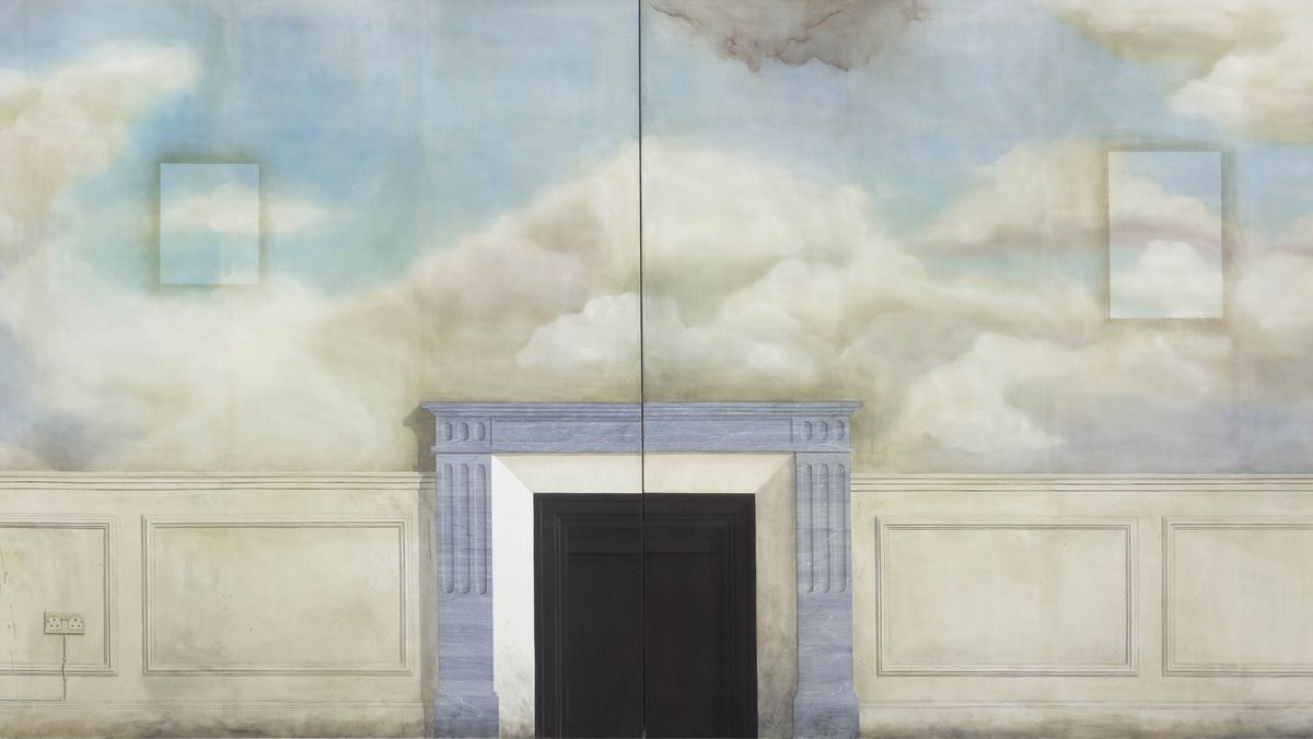 Eine Ölarbeit, die vorgibt eine ganze Wand zu sein. Eine dunkle Tür steht im Zentrum, die Wand teilt sich in einen weißen Abschnitt am Boden und die Ansicht eines Wolkenhimmels.