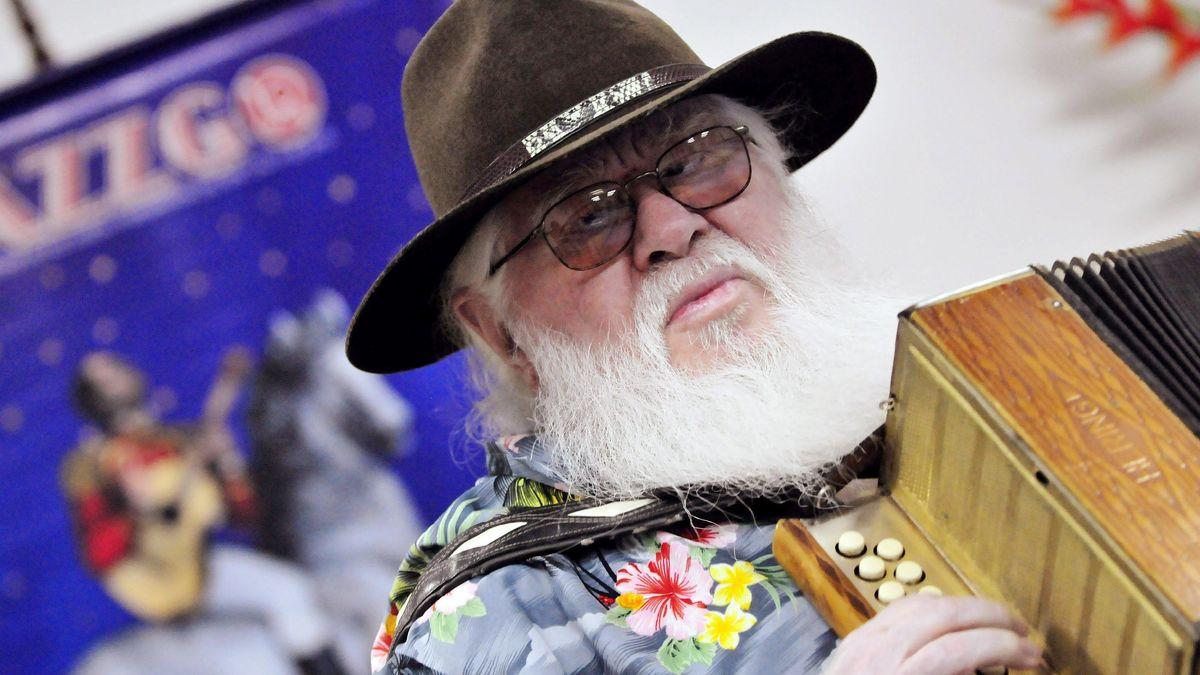 Jazzmusiker Hermeto Pascoal, mit Hut und weißem Rauschebart, spielt Akkordeon