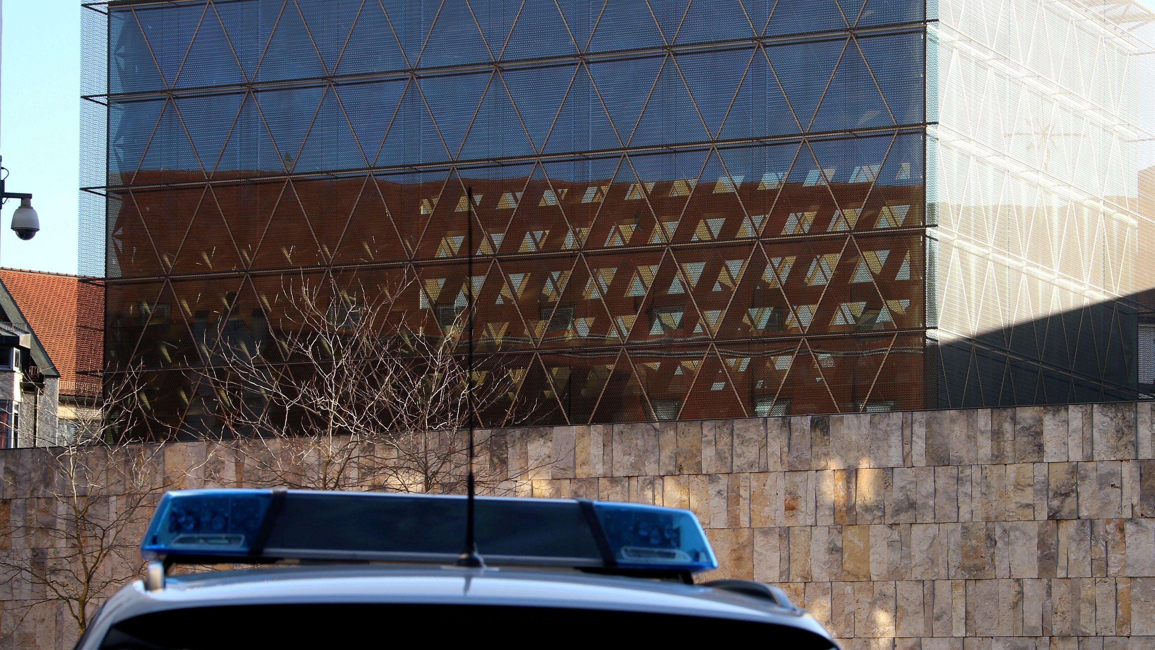Symbolbild: Polizeiauto vor der Münchner Synagoge am Jakobsplatz