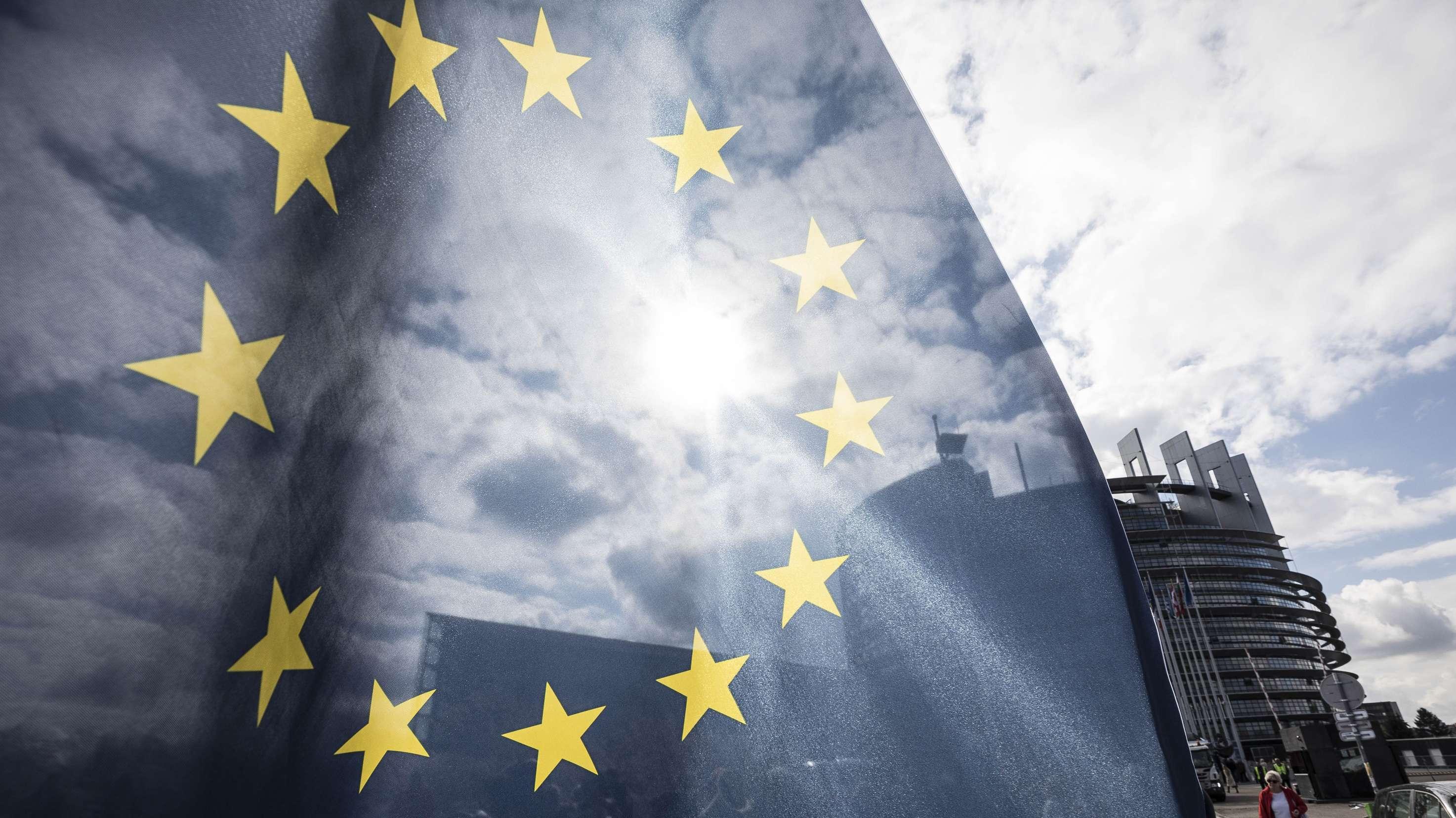 Eine EU-Fahne weht vor dem Parlament in Straßburg