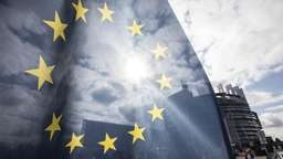 Eine EU-Fahne weht vor dem Parlament in Straßburg | Bild:pa/dpa/Jean-Francois Badias