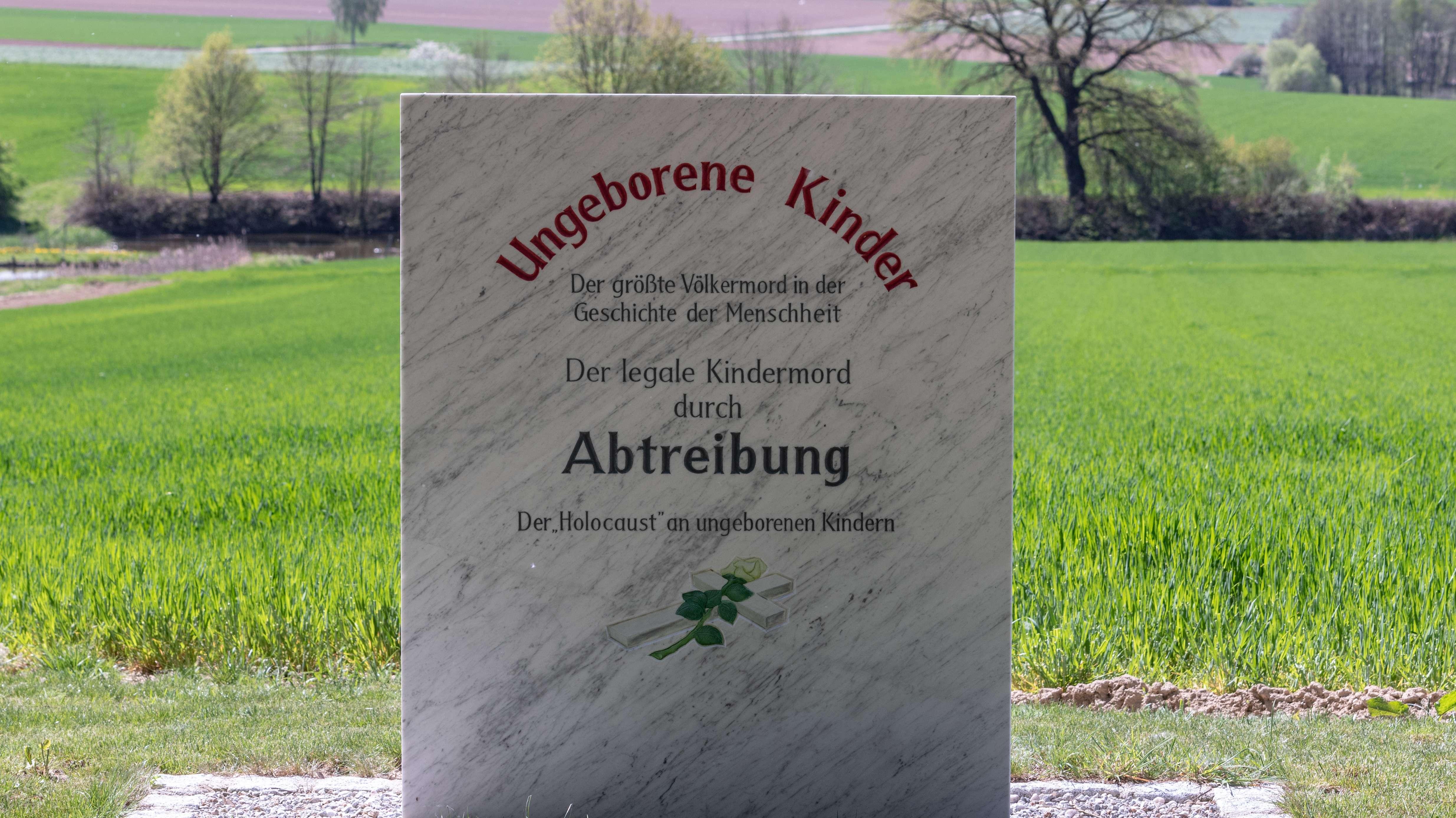 Ein Landwirt in Pösing im Landkreis Cham in der Oberpfalz vergleicht in der von ihm privat betriebenen Kapelle Abtreibung mit dem Holocaust und rückt trotz aller öffentlicher Empörung davon nicht ab
