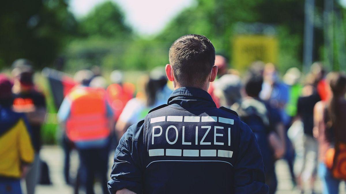 Ein Polizist in Uniform bei einer Demonstration (Symbolbild).