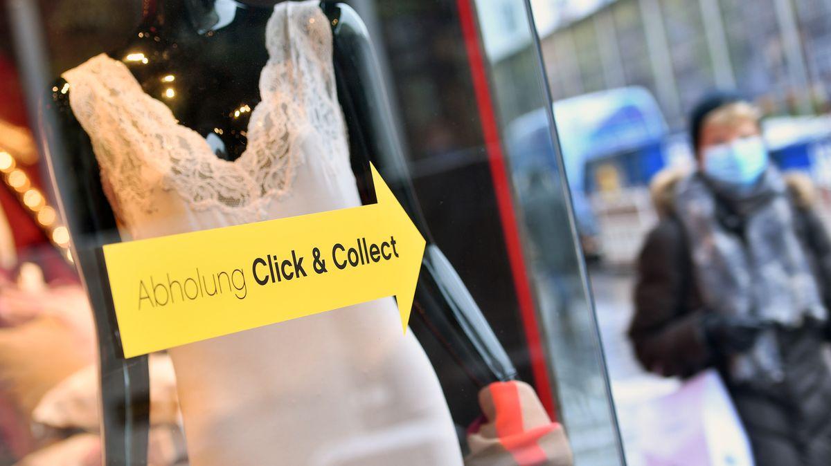 Symbolbild: Click & Collect-Hinweis an einem Schaufenster