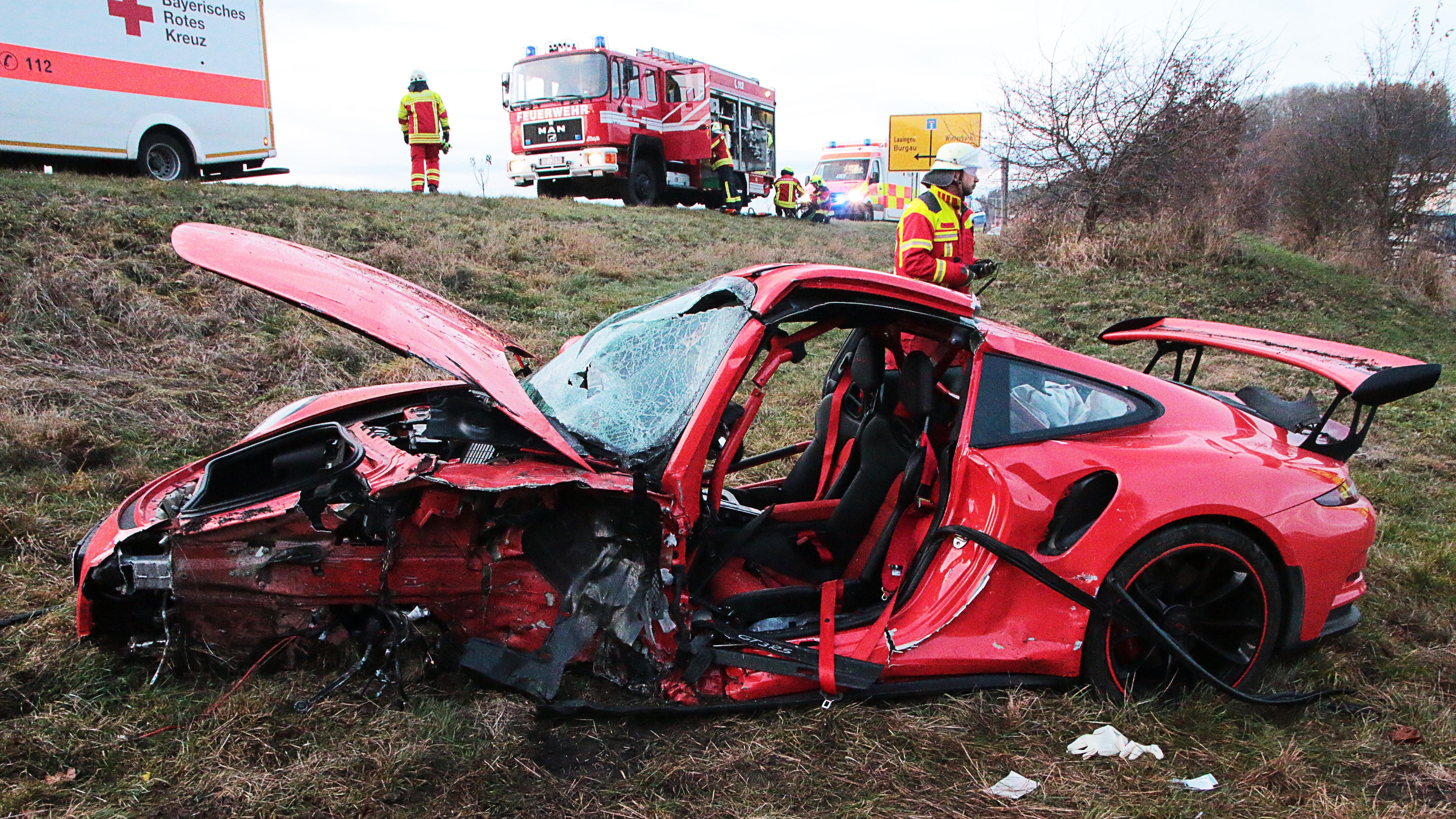 Wrack eines Porsche GT3 bei Burgau nach einem schweren Unfall