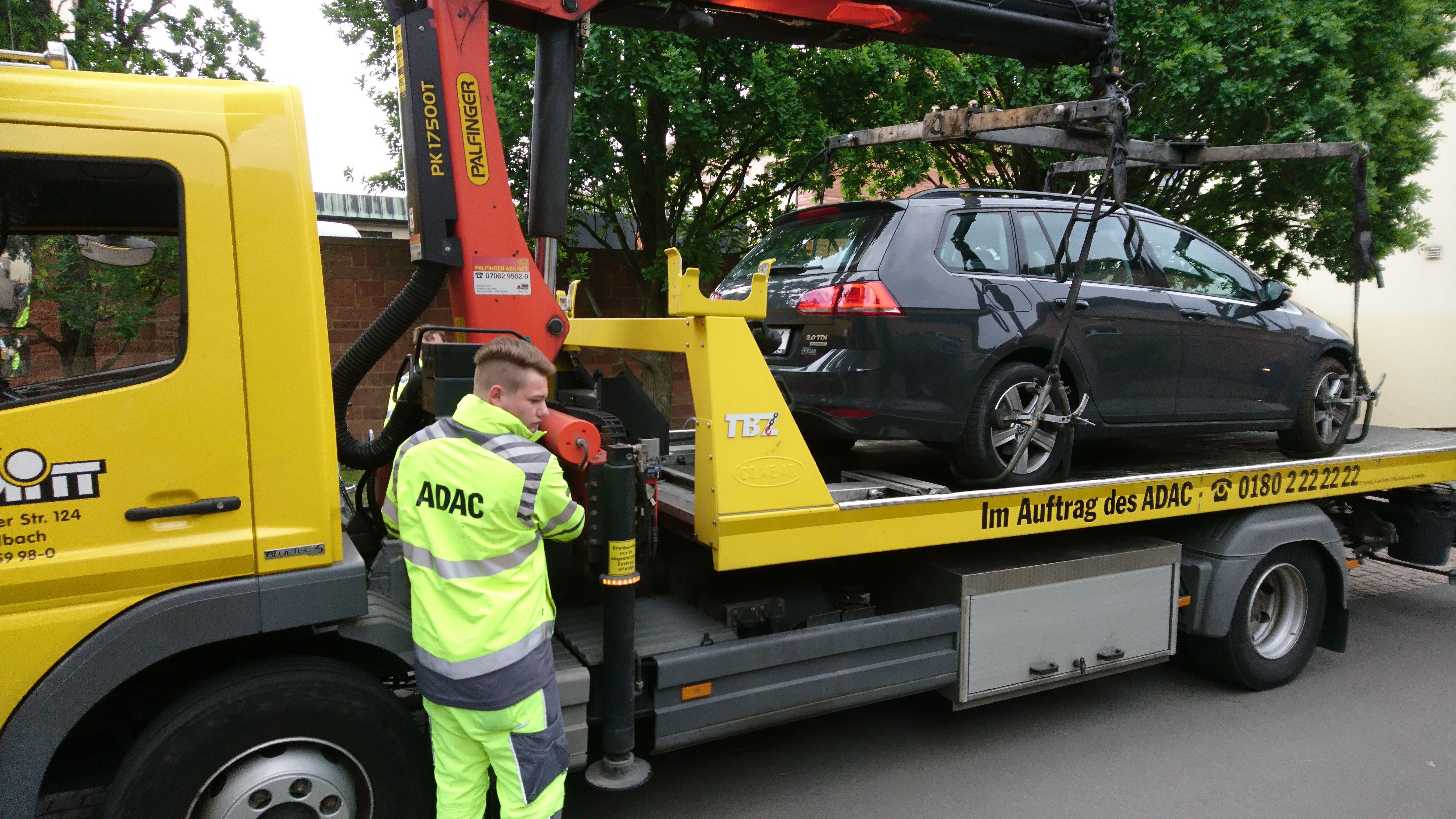 Ein falsch parkendes Auto wird abgeschleppt