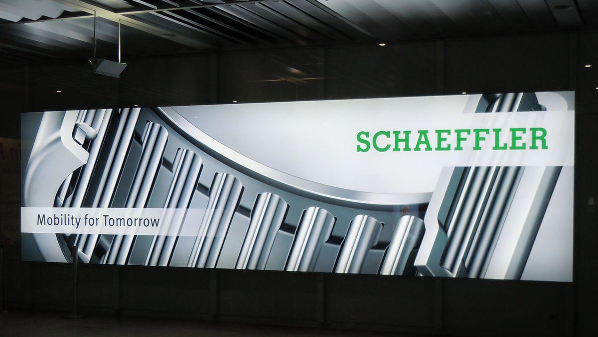 Der Automobil- und Industriezulieferer Schaeffler will bis Ende 2022 wegen der Krise in der Automobilindustrie 4400 weitere Stellen abbauen.