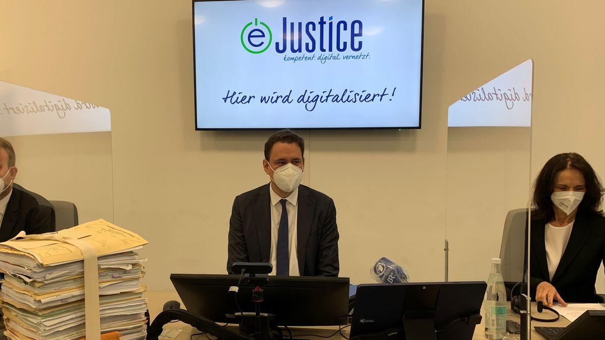 Justizminister Georg Eisenreich startet Regelbetrieb der E-Akte am Landgericht Ingolstadt. Landgerichtspräsidentin Elisabeth Kurzweil freut sich.