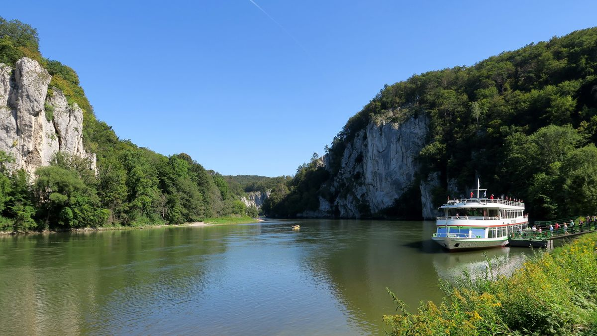 Donau-Dampfer legt am Steg beim Kloster Weltenburg an
