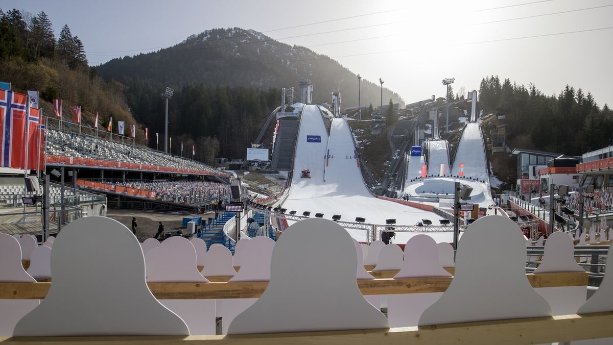 Papp-Aufsteller dienen während der Nordischen Ski-WM im Skiprungstadion auf der Tribüne als Publikum.