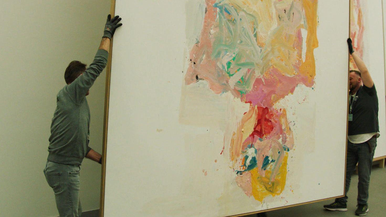 Bilder von Georg Baselitz werden im Museum positioniert