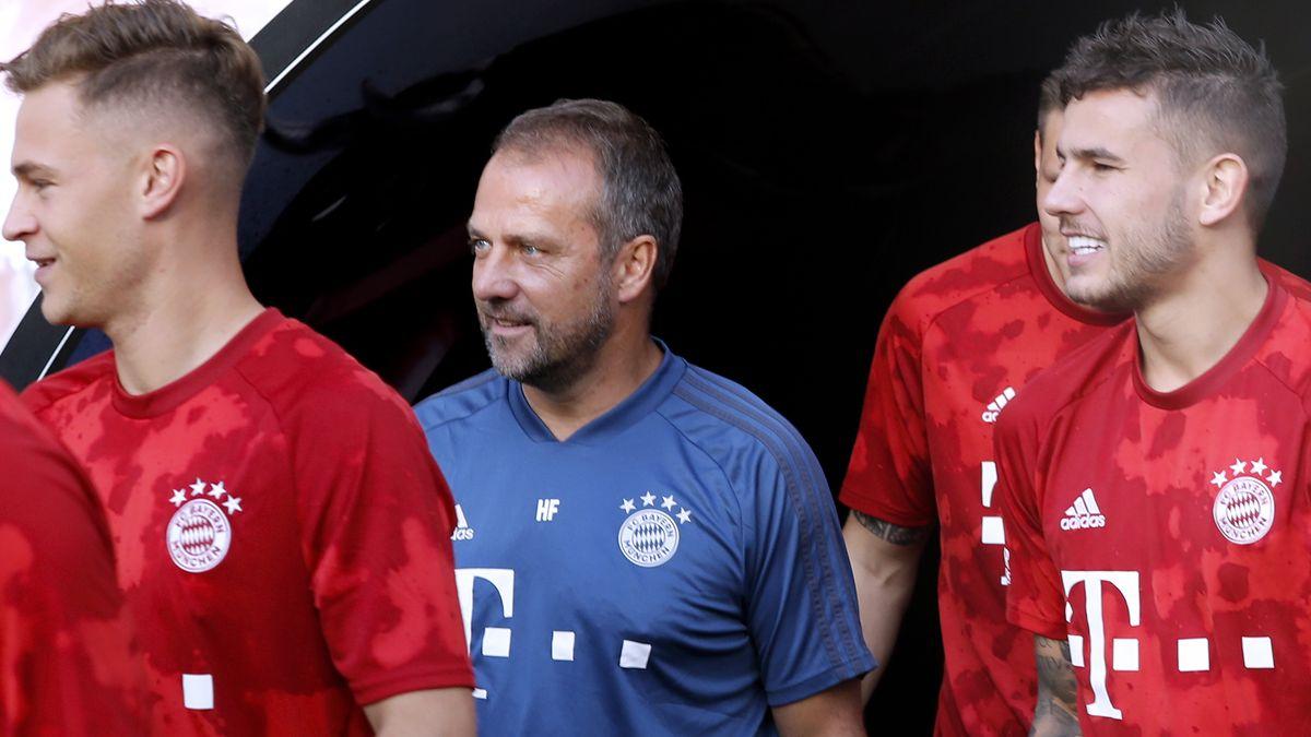 Trainer Hansi Flick (M.) und Lucas Hernandez (r.)