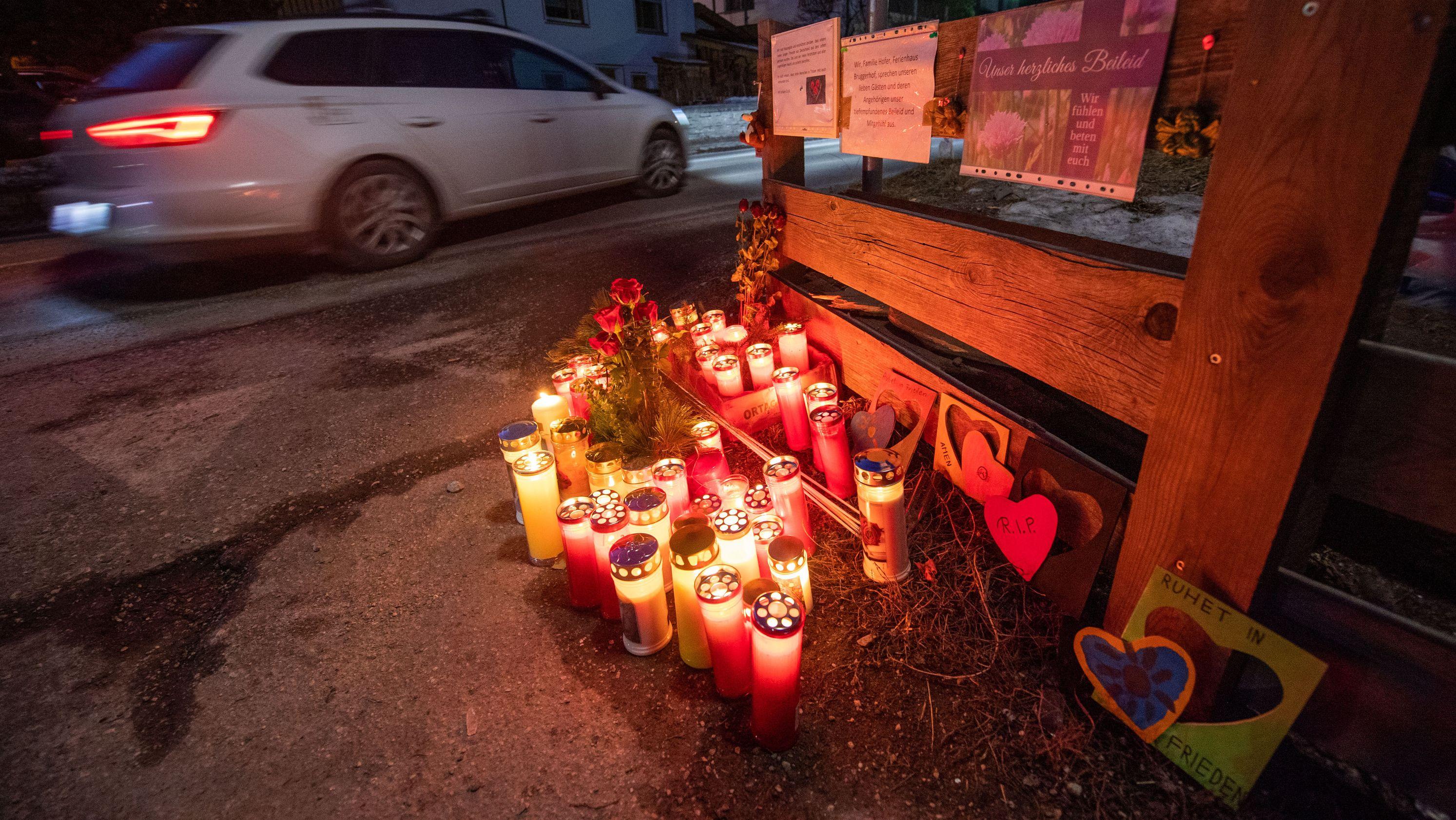 Luttach: Blumen, Kerzen und Gedenkschmuck am Ort des Unfalls. Ein Auto war in eine Gruppe Urlauber gefahren und hat dabei sechs Menschen getötet.