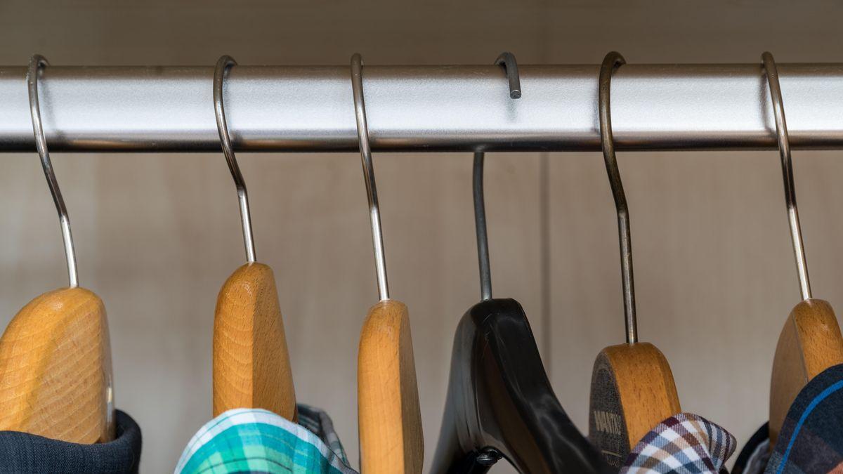 Hemden sind in einem Schrank nach Farbe sortiert.