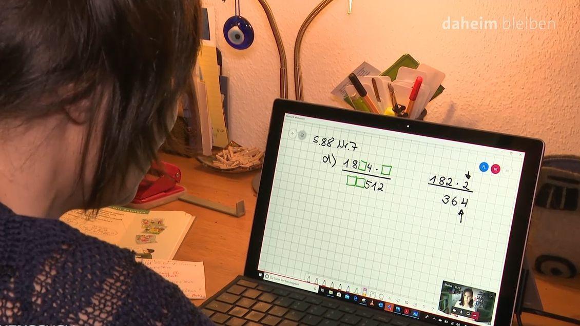 Ein Mädchen sitzt vor ihrem Computer und hat Unterricht