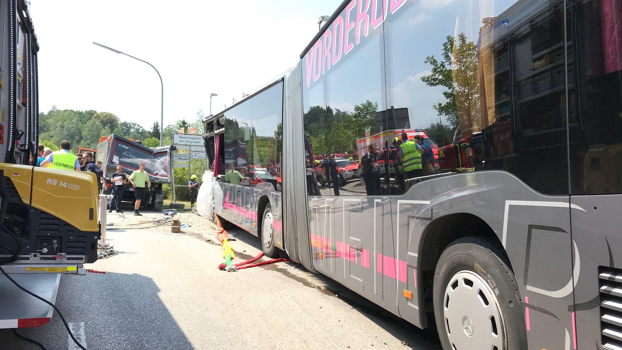 Zahlreiche Verletzte bei Unfall mit Schulbus in Oberbayern