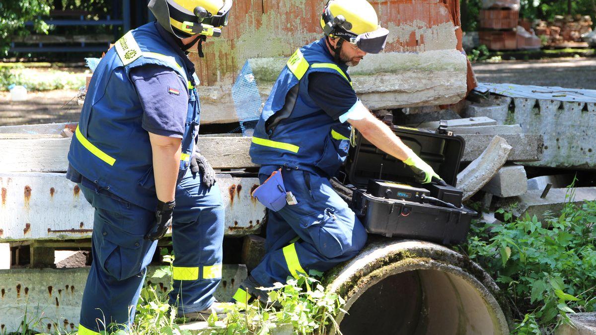 Ein Betonrohr mit Schutt darüber simuliert ein eingestürztes Haus. Der Radar soll den Dummy im Rohr aufspüren.