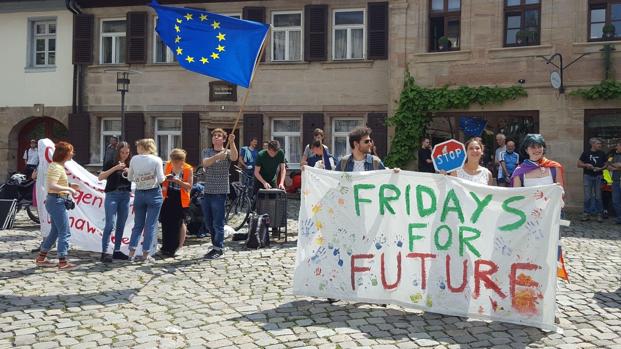 Jugendliche und Studenten demonstrieren in Erlangen mit Plakaten für mehr Klimaschutz