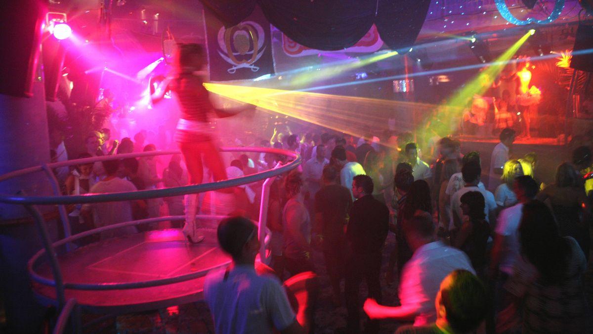 Tänzer im roten und gelben Disco-Licht
