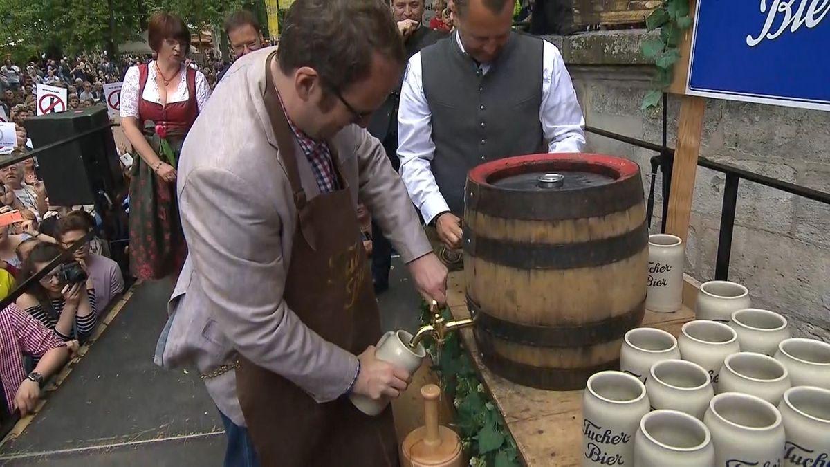 """Erlangens Oberbürgermeister Florian Janik schenkt auf dem """"Berch"""" eine Maß Bier ein."""